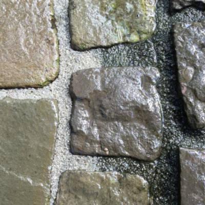 Vorher-Nachher-Vergleichsbild einer Steinwandreinigung