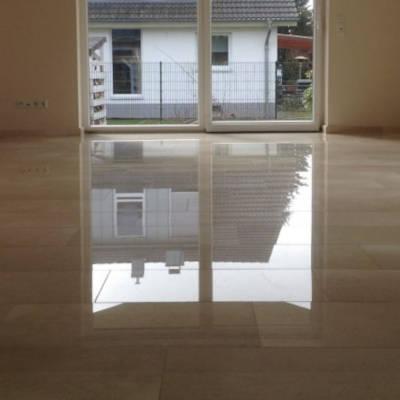 Bild eines professionell gereinigten Wohnzimmer-Steinbodens im Einfamilienhaus