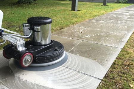 Scheuersaugmaschine bei der Außenreinigung
