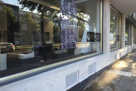 Gereinigte Außenfassade eines Friseursalons