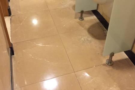 Polierter Steinboden in Prager Hotel-Toillette